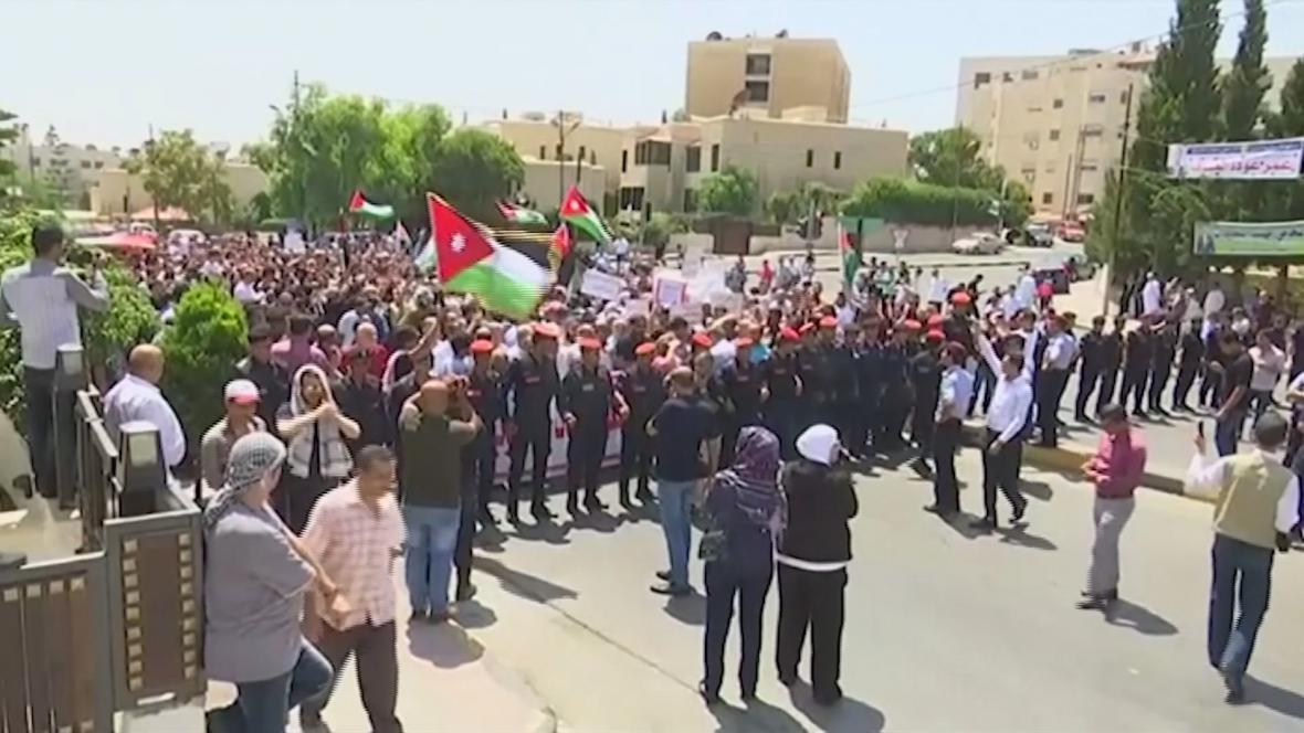 Dav Jordánců před izraelskou ambasádou v Ammánu
