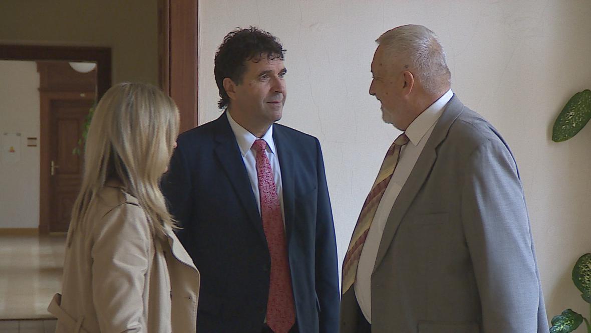 Vlastimil Sehnal (uprostřed) na chodbě soudu