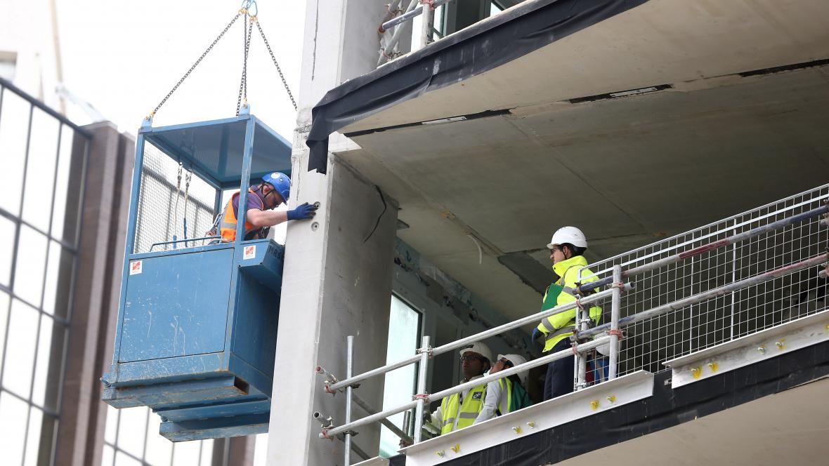 Dělníci na stavbě v Londýně