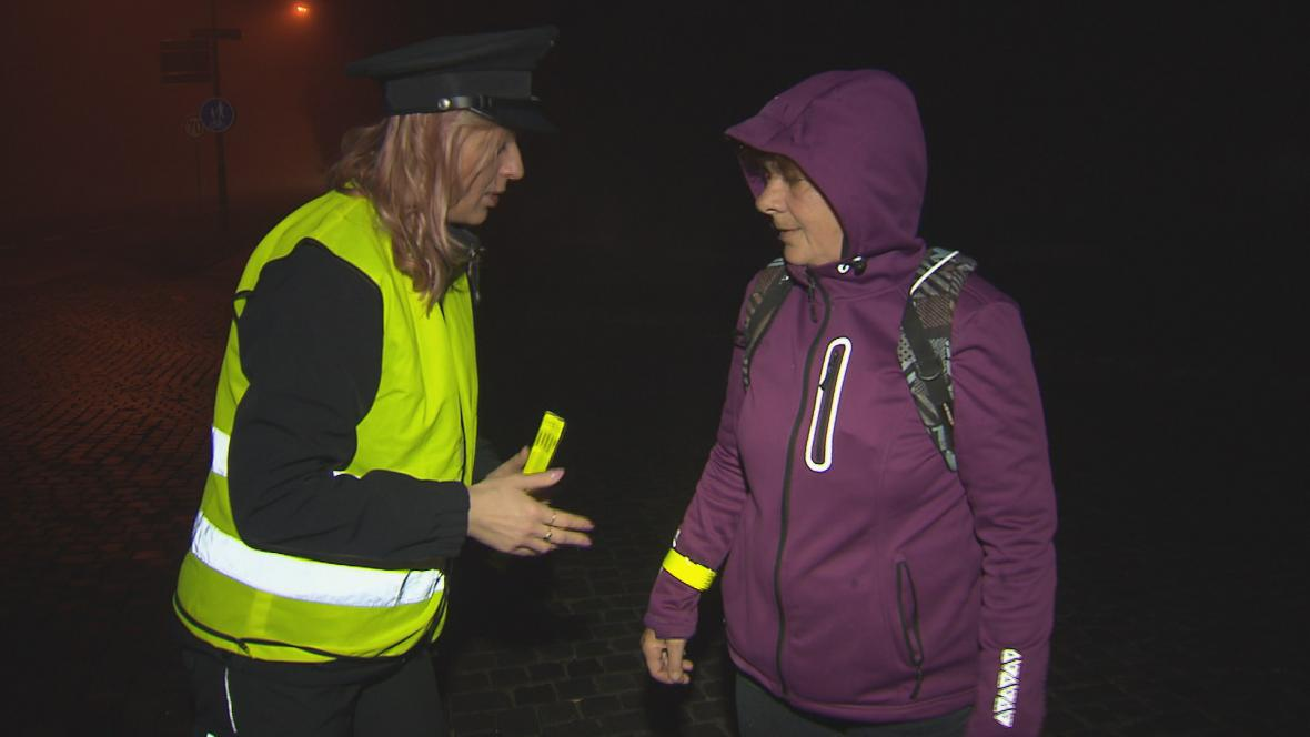 Policisté ráno rozdávali lidem reflexní pásky