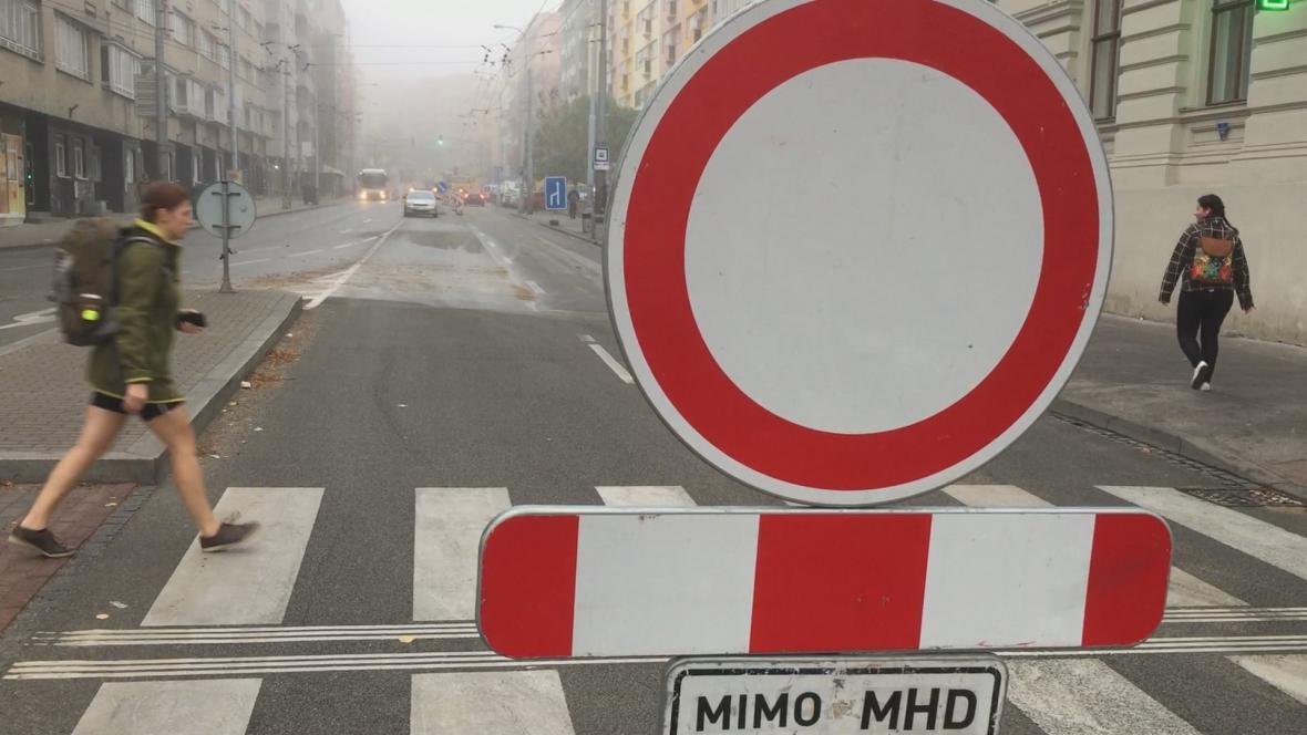 Prasklý vodovod uzavřel Kotlářskou ulici v Brně