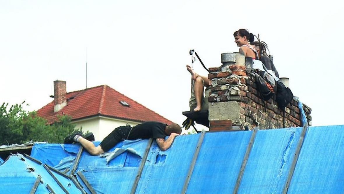Squatteři na střeše vily Milada v Praze