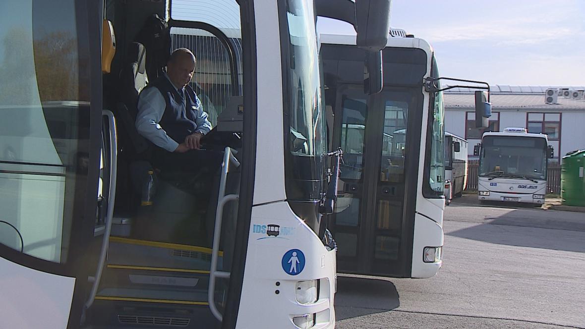 Autobusovým dopravcům chybí řidiči
