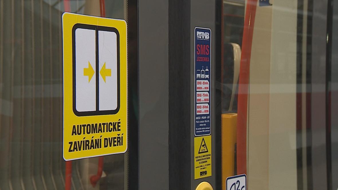 Tramvaje v Brně mají na dveřích takzvané světelné závory