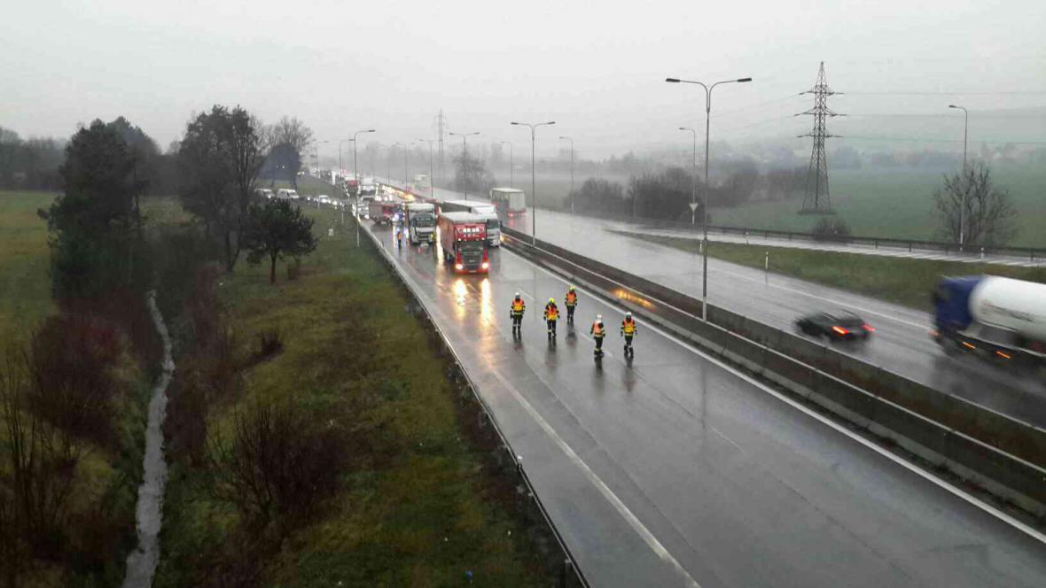 Hasiči likvidují nehodu kamionů na D1