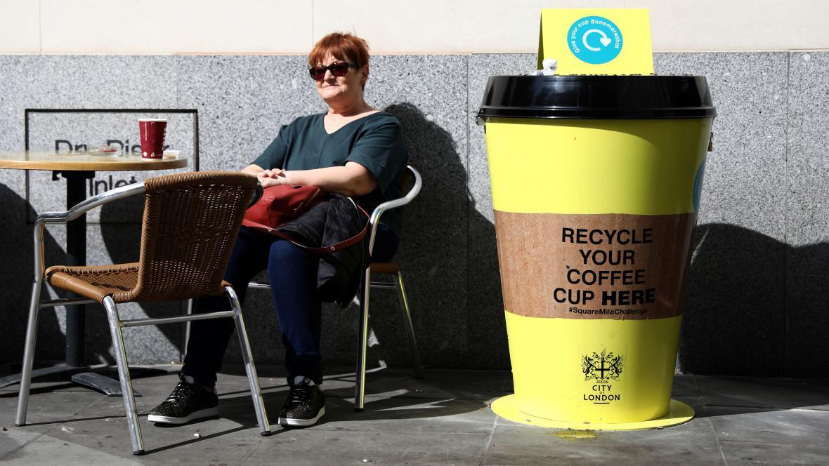 Recyklační nádoba na kelímky od kávy v Londýně