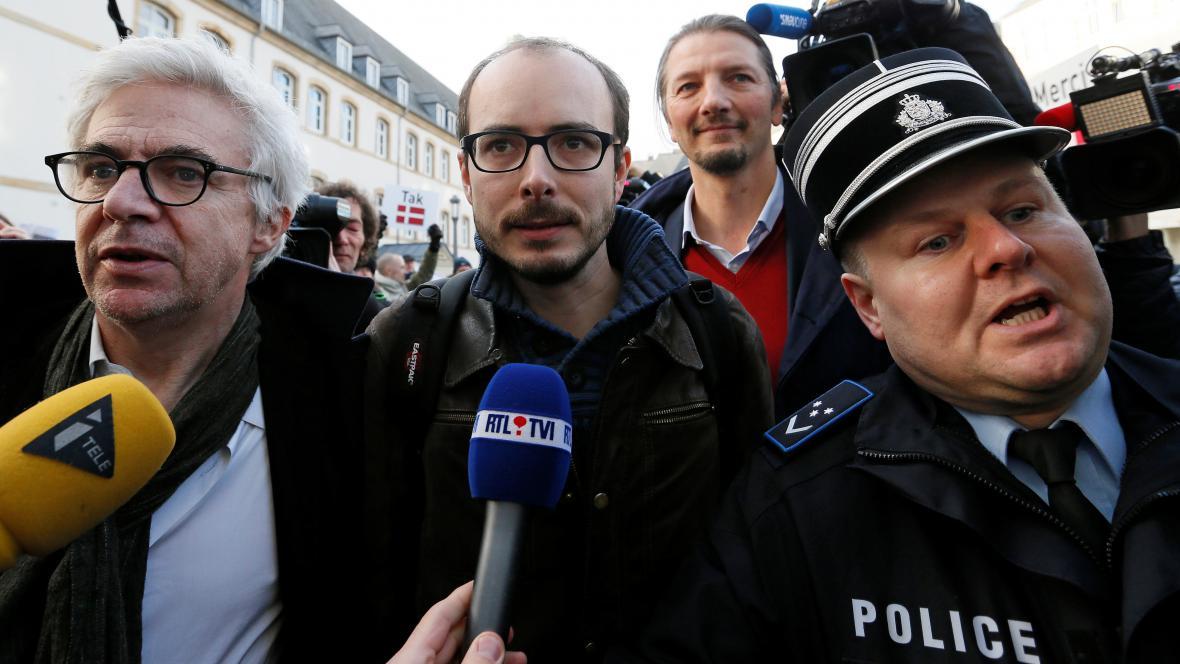 Antoine Deltour (uprostřed)