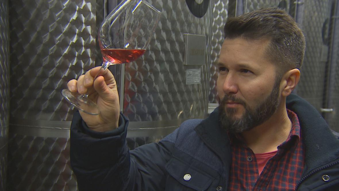 Jan Stávek se svým oblíbeným růžovým vínem