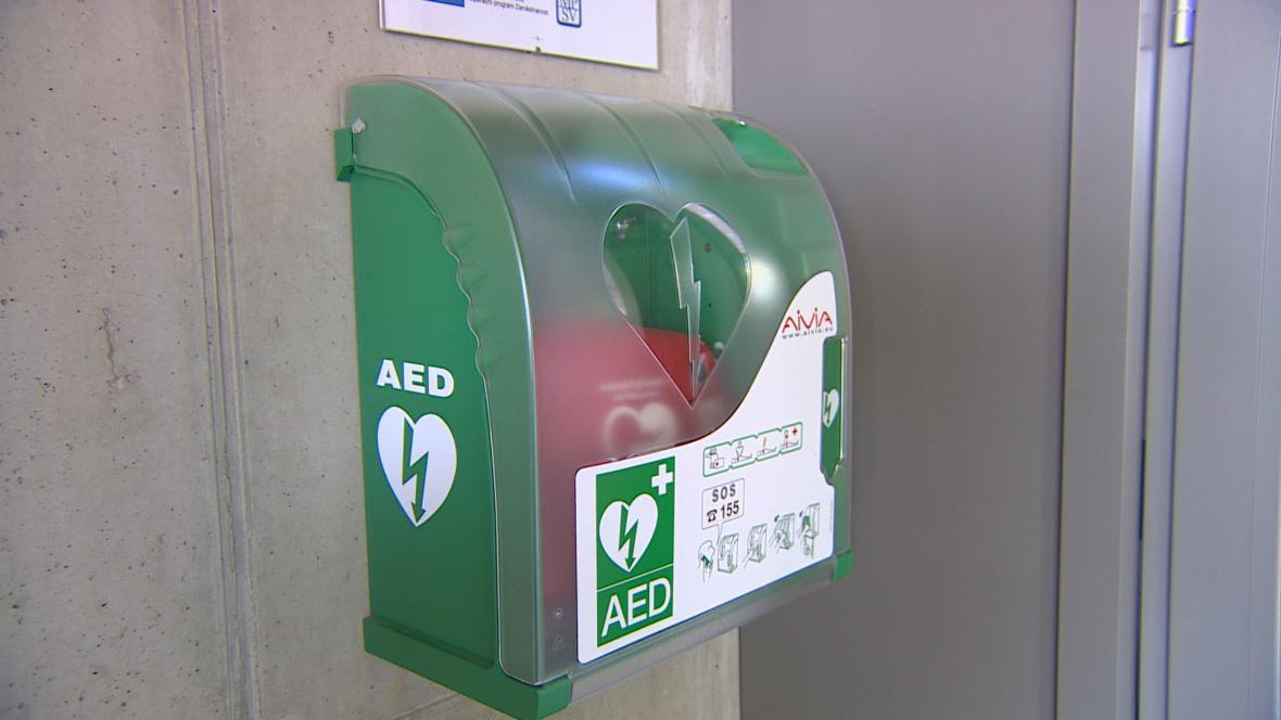 Použití automatizovaných externích defibrilátorů zachraňuje životy