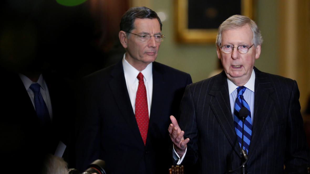 Vůdce republikánských senátorů Mitch McConnell (vpravo)