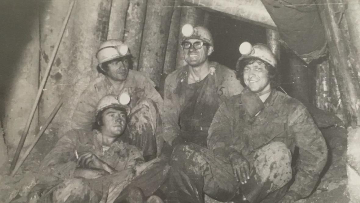 Vilém Šindelka (druhý zprava) jako civilní zaměstnanec v uranových dolech v Dolní Rožínce
