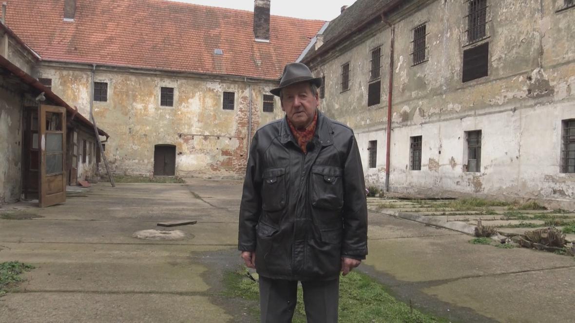 Cyril Michalica na dvoře bývalé věznice na Cejlu v Brně