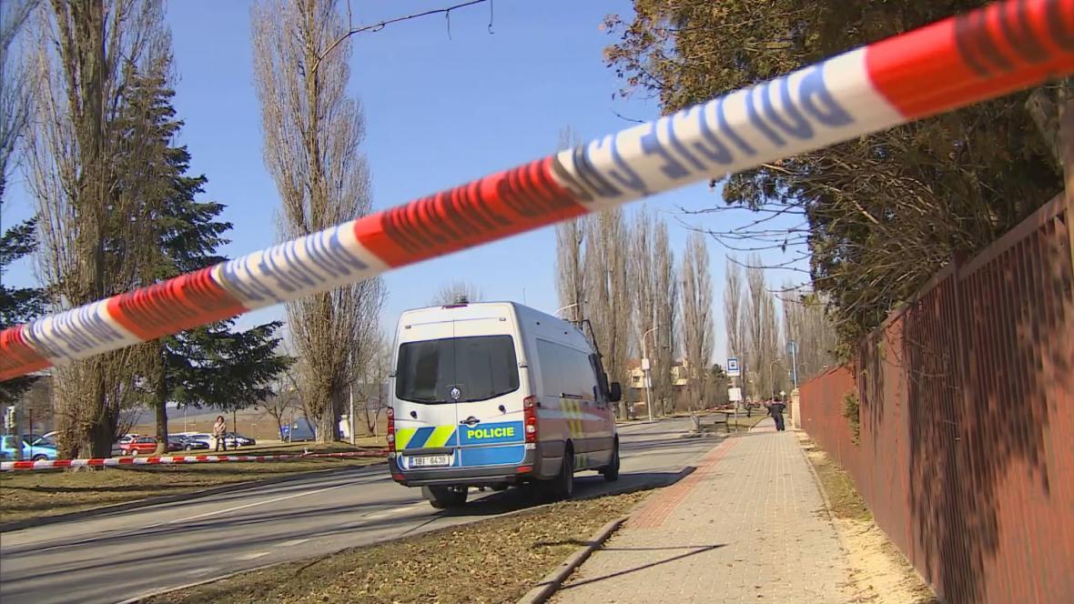 Policejní vyšetřovatelé na místě vraždy ve Vyškově