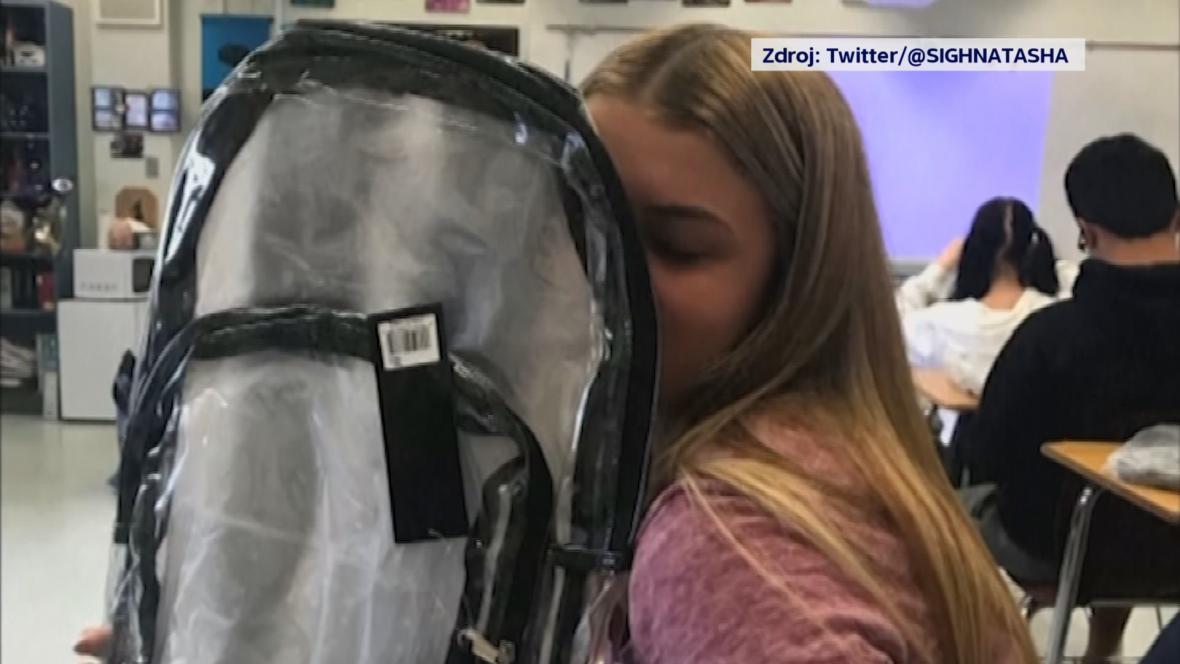 Parklandská studentka s novou průhlednou školní taškou