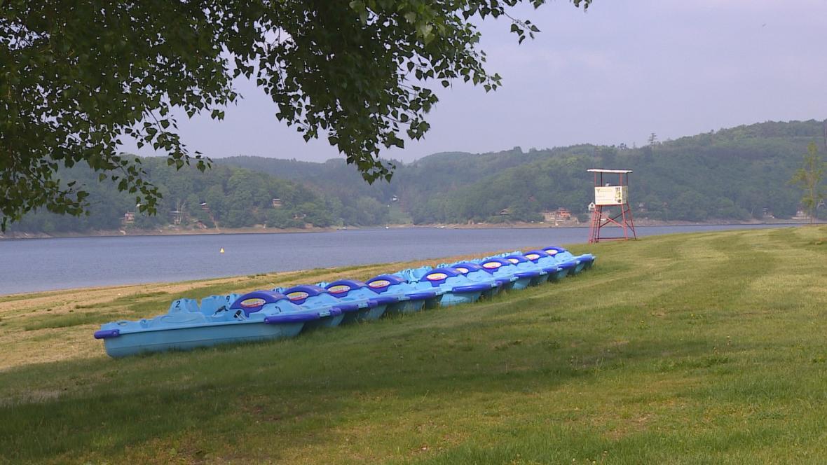Vybavení pro návštěvníky pláží u Vranovské přehrady je připraveno