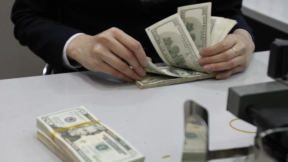 Přepočítávání dolarových bankovek