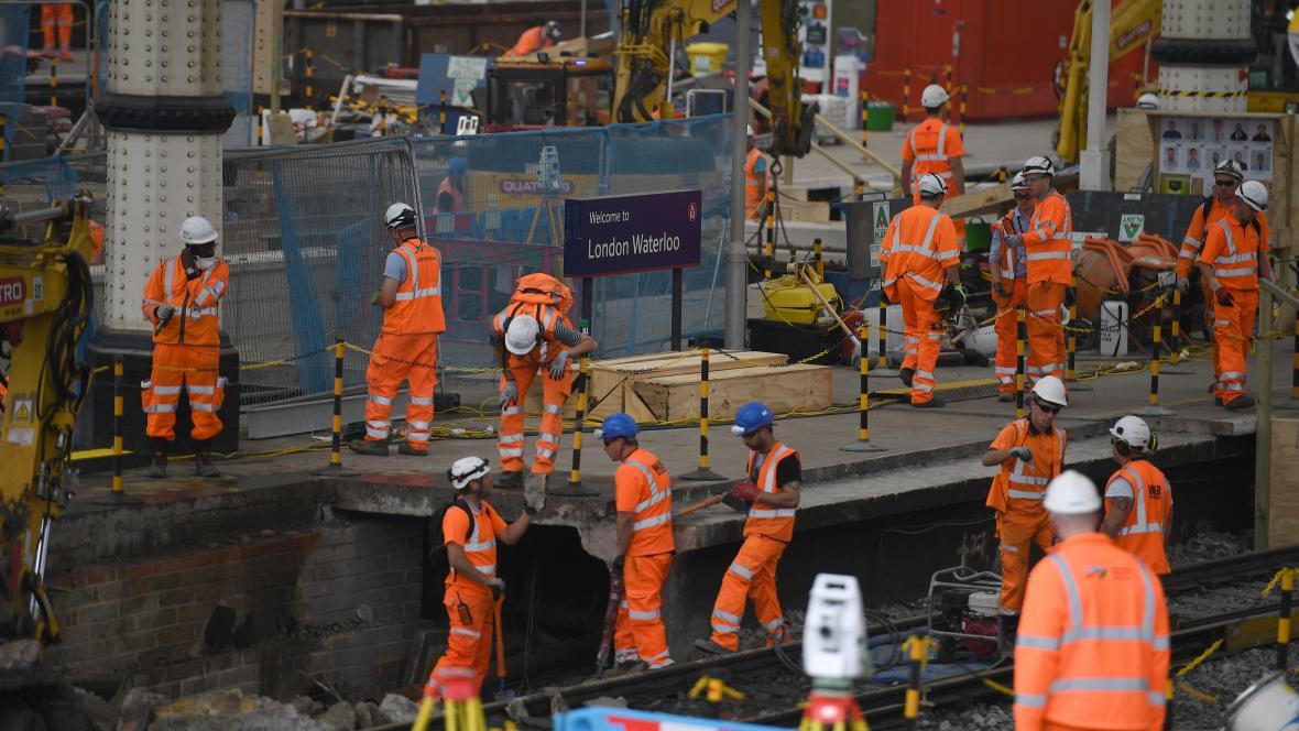 Práce na nádraží Waterloo v Londýně
