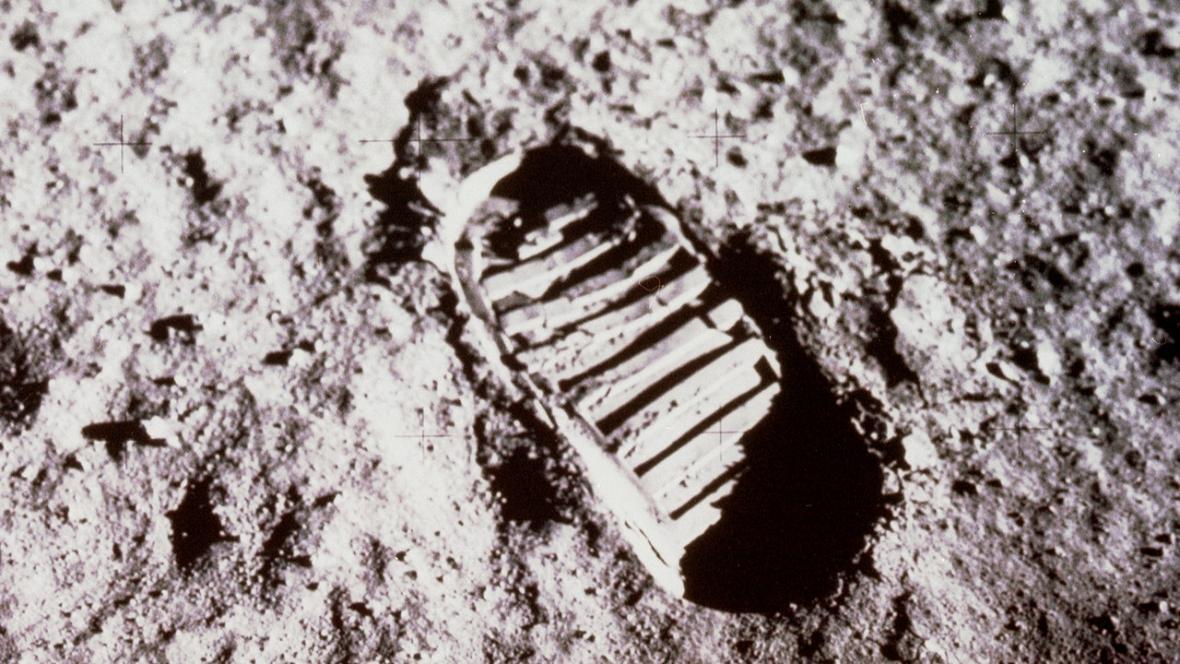 Lidská stopa v měsíčním prachu