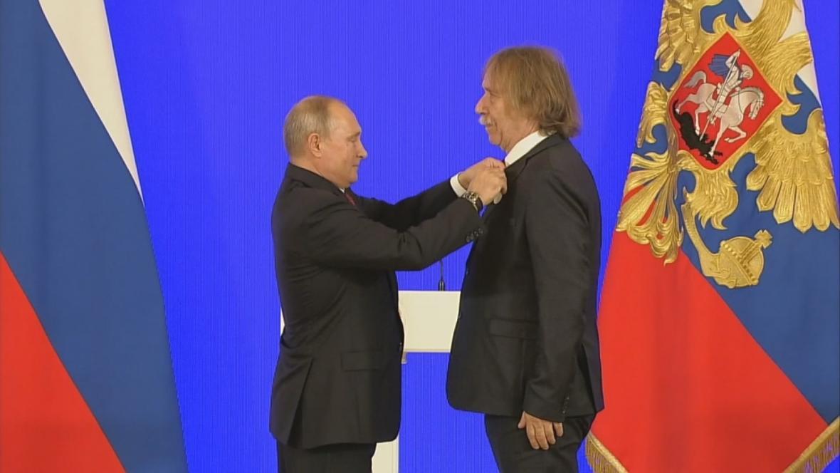 Putin uděluje Nohavicovi Puškinovu medaili