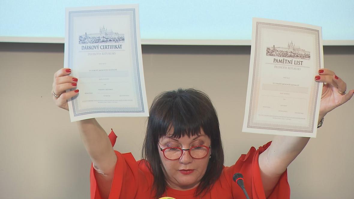 Ministryně financí Alena Schillerová (za ANO) představuje státní dluhopisy