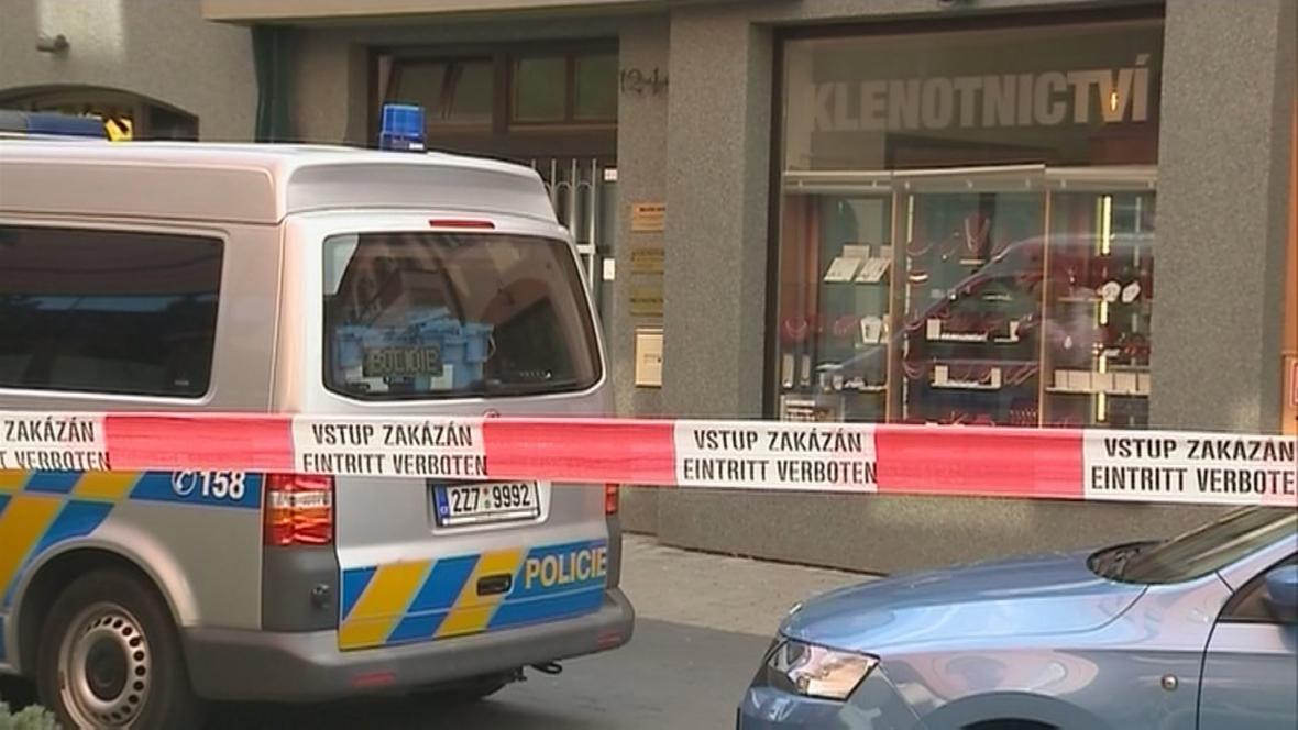 Policie před klenotnictvím v Uherském Hradišti