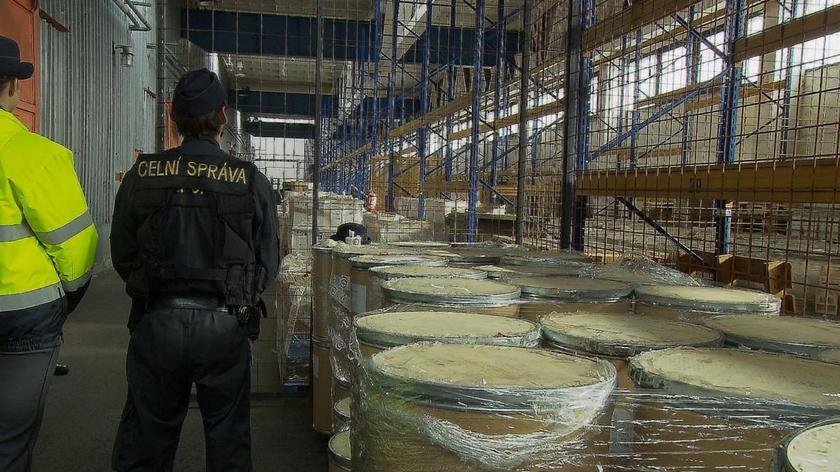 Celníci zadrželi tři tuny látky na výrobu drog