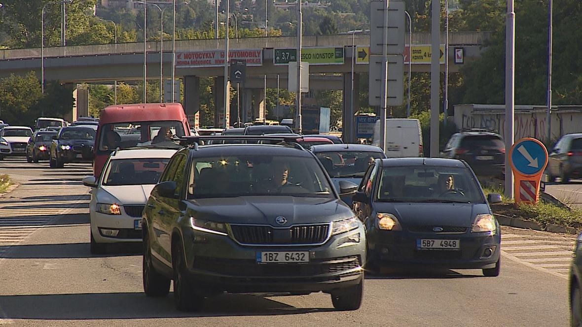 Kolona v Žabovřeské ulici v Brně
