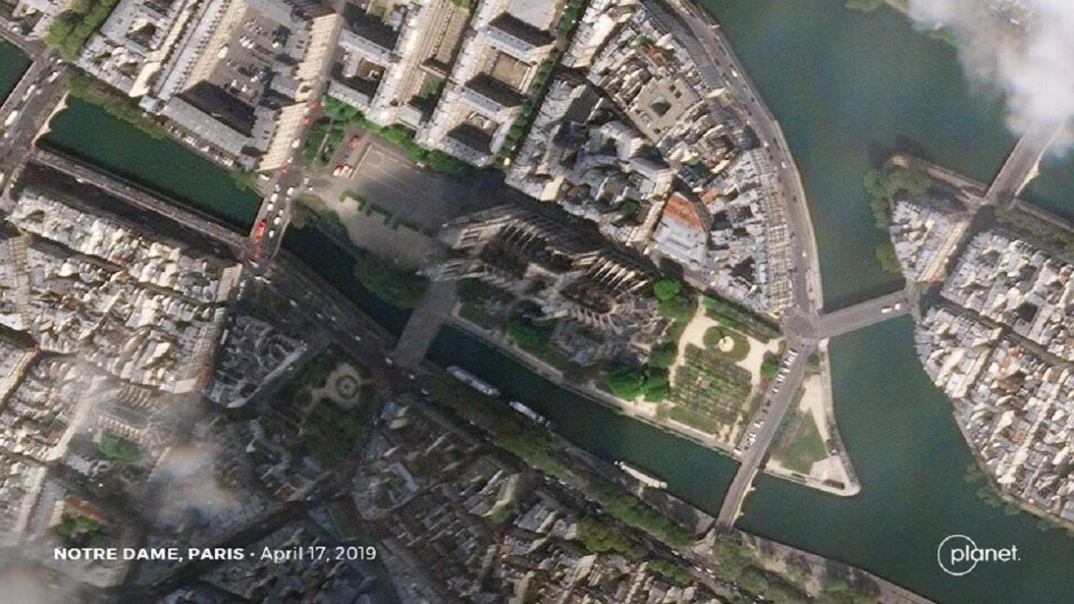 Satelitní snímky Notre-Dame před požárem a po něm