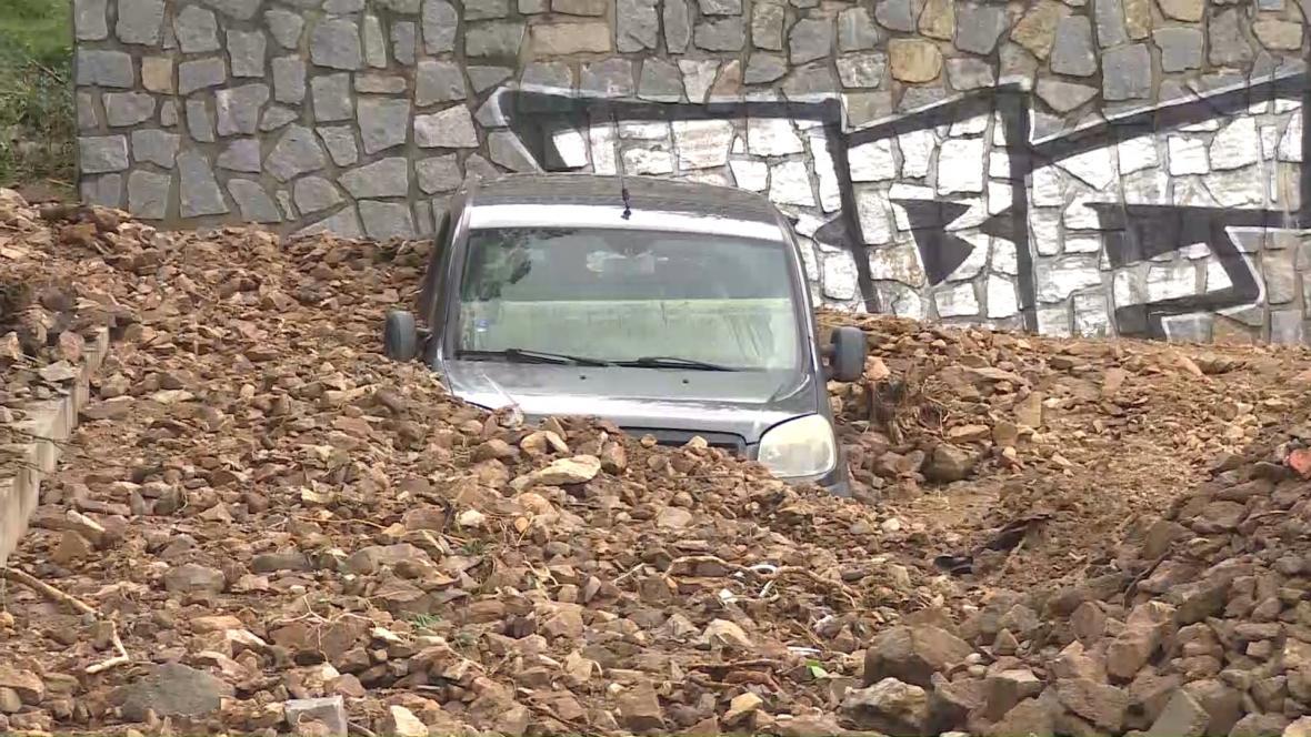 Hlína a kamení se v Táboře sesunuly na osobní auto
