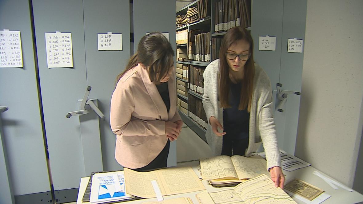 Martina Vodová ukazuje dokumenty související s kanálem Dunaj-Odra-Labe
