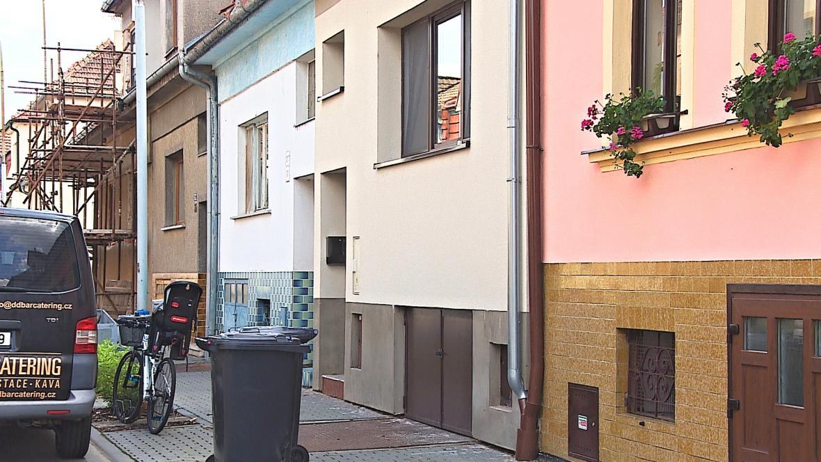 Policie vyšetřuje úmrtí dvou lidí v břeclavské Šilingrově ulici