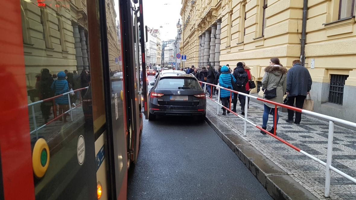 Tramvajím nezřídka v Praze brání v průjezdu bezohlední řidiči