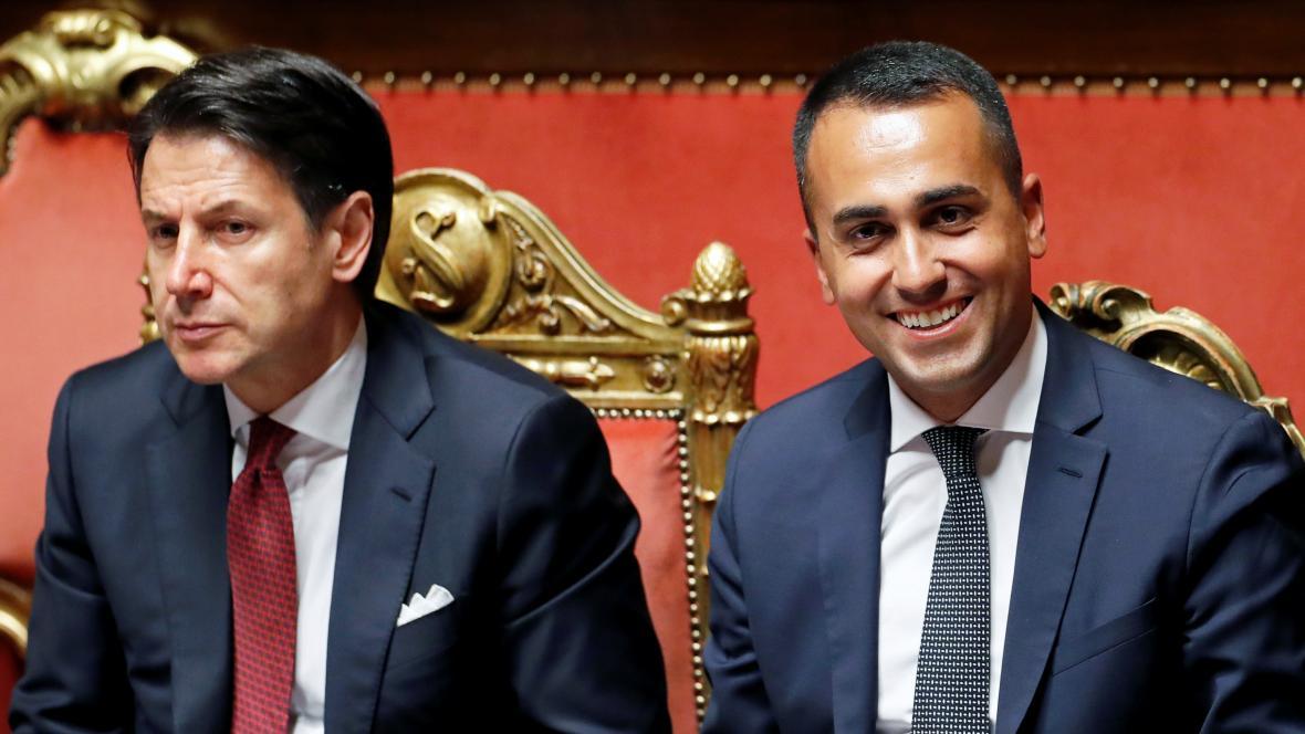 Italský premiér Giuseppe Conte a ministr a šéf Hnutí pěti hvězd Luigi Di Maio