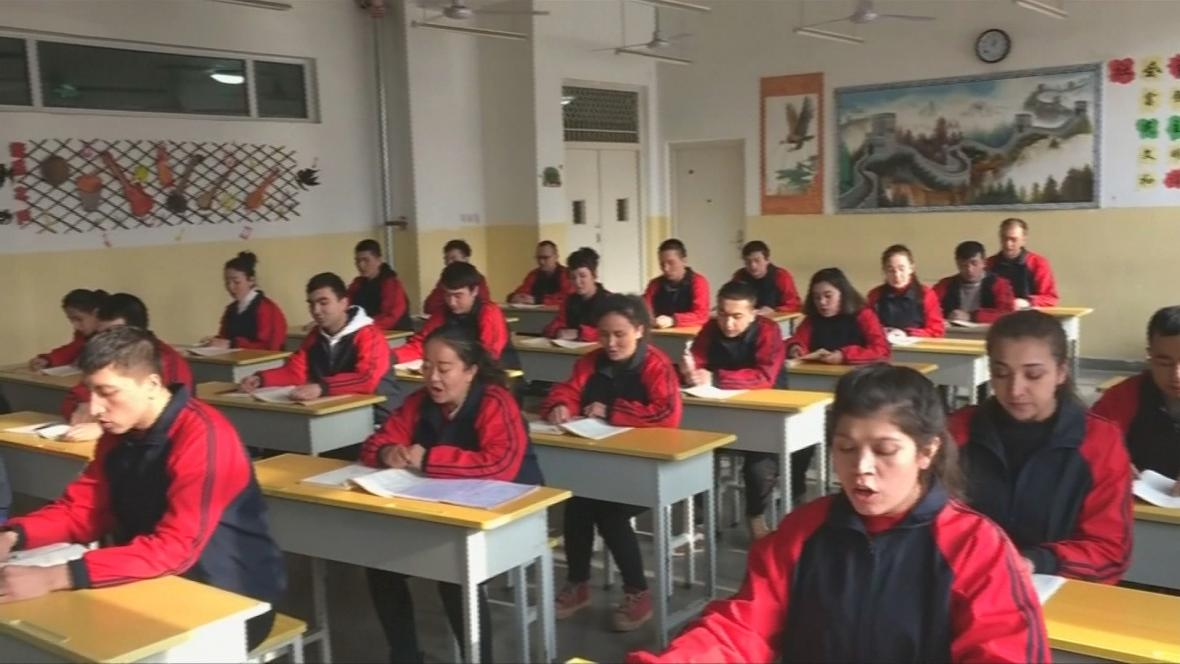 Ujgurové během převýchovných lekcí