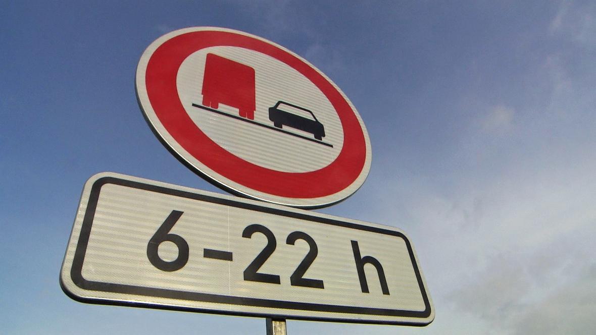 Zákaz předjíždění kamionů se rozšíří