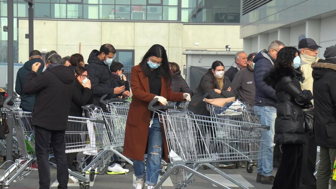 Lidé před supermarketem v městě Casalpusterlengo, které je nyní izolováno