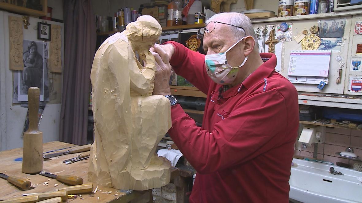 Řezbář František Nedomlel pracuje na soše apoštola