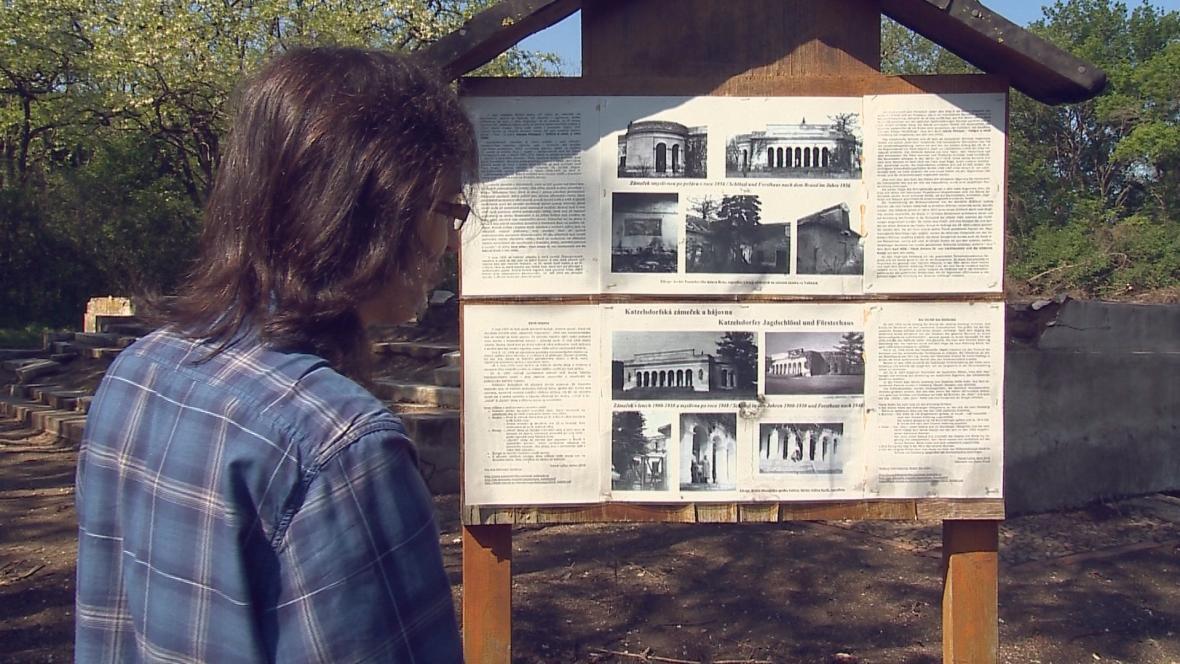 Daniel Lyčka ukazuje fotografie loveckého zámečku