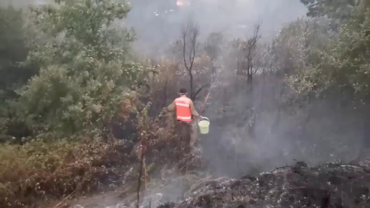 U požáru zasahují také dobrovolní hasiči