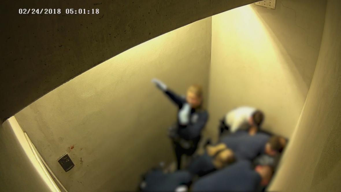 Záběr z bezpečnostní kamery ve věznici