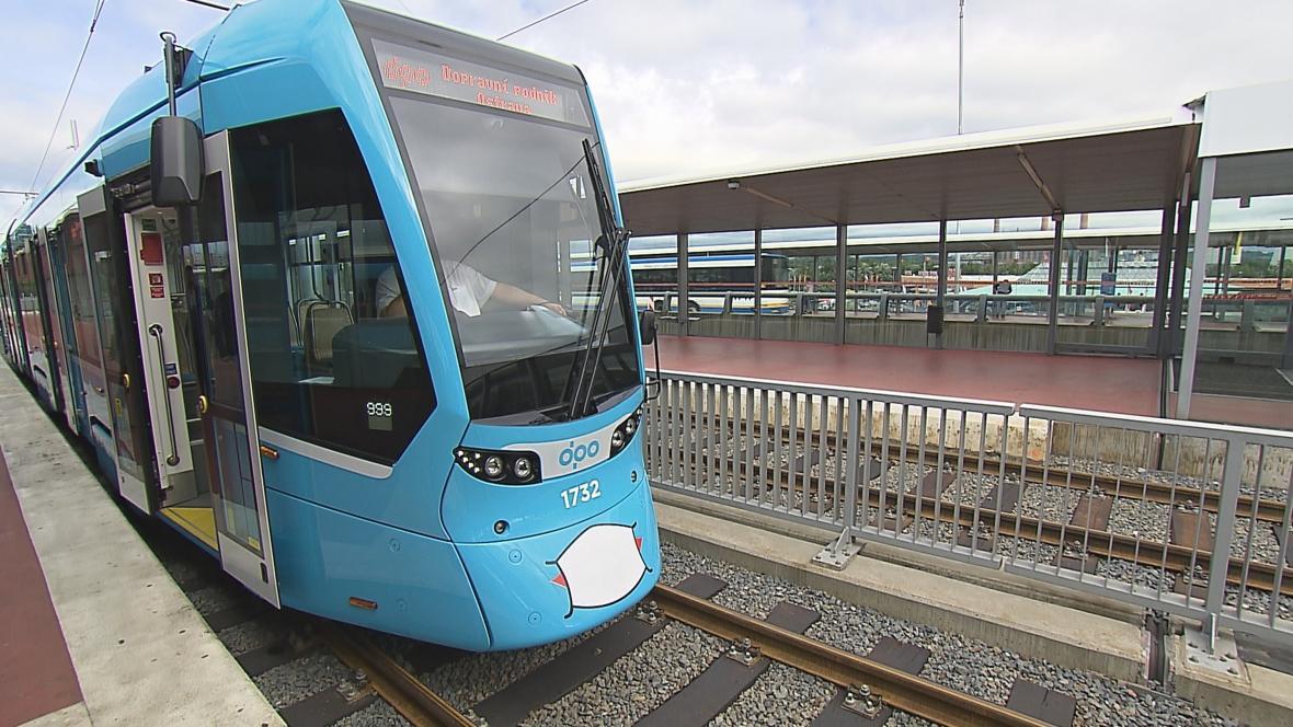 Tramvaj na nově opraveném úseku v Ostravě