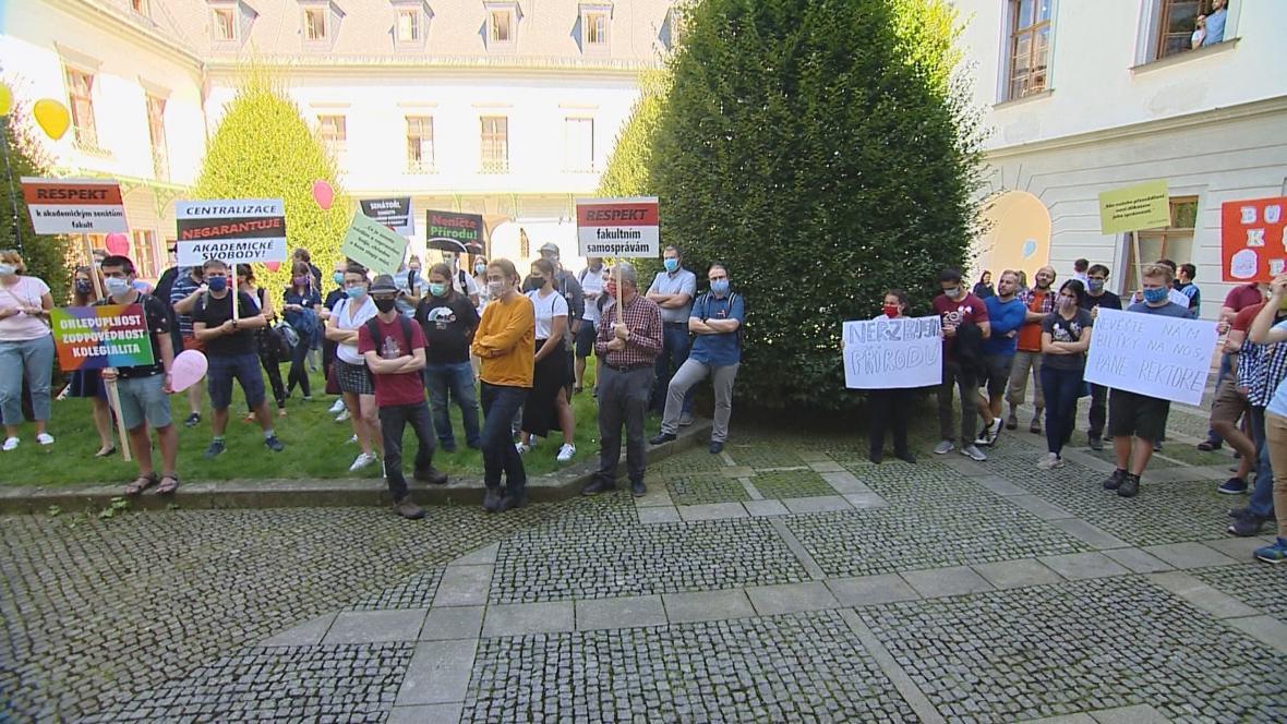 Demonstrace skupiny zaměstnanců a studentů Přírovědecké fakulty