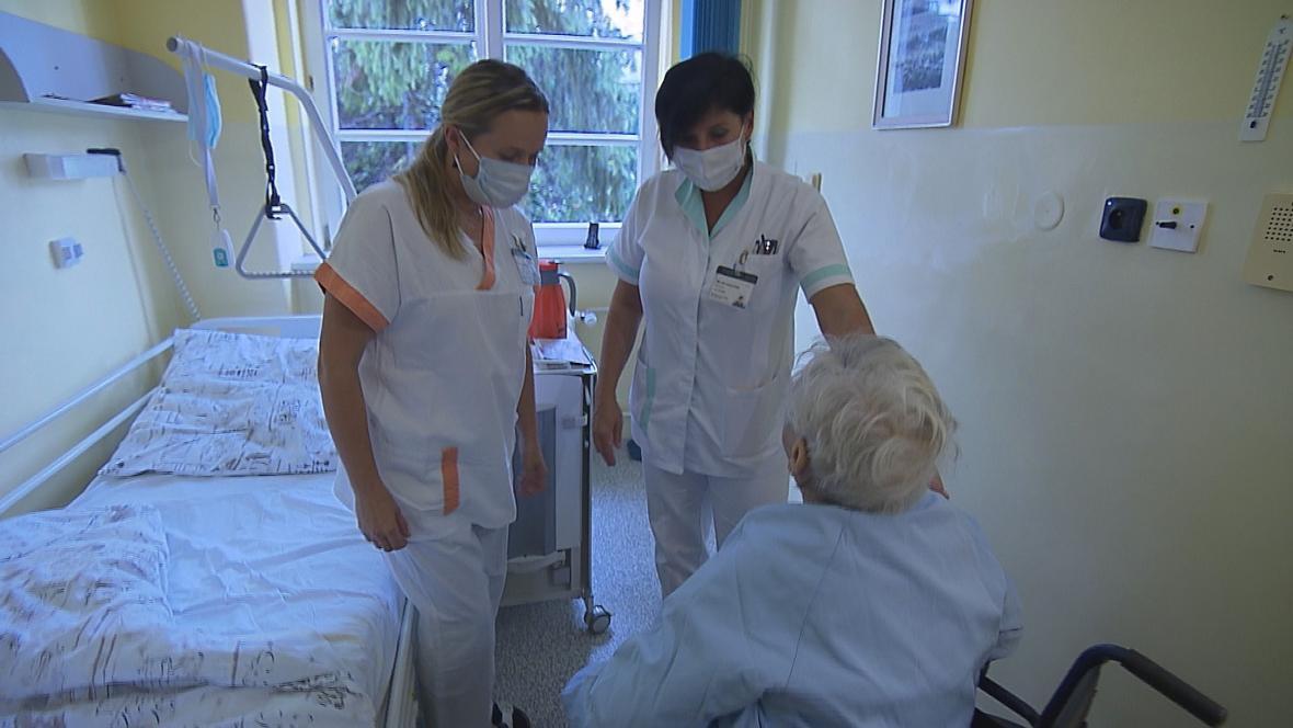 Sanitáři se v kurzu učí pracovat s pacienty