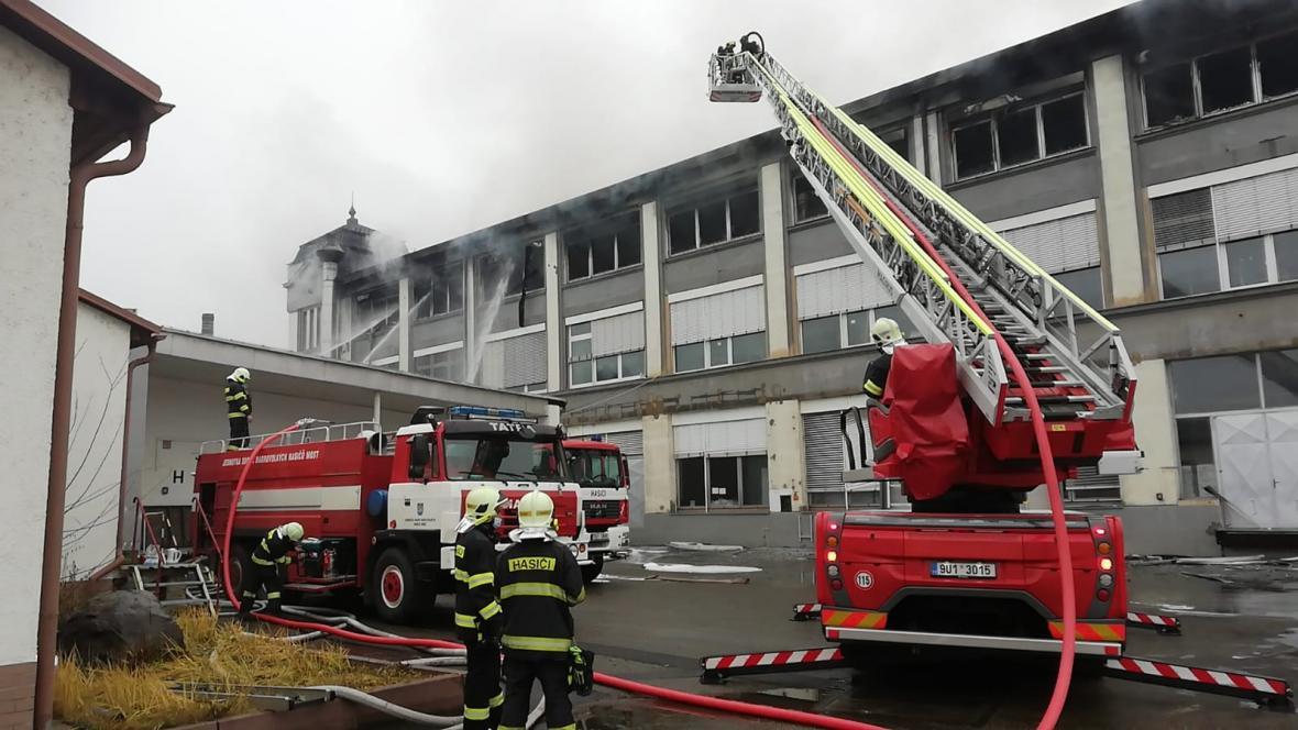 Zásah hasičů u požáru skladu v Mostě