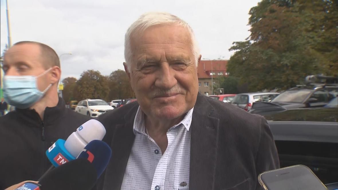 Václav Klaus opouští Ústřední vojenskou nemocnici