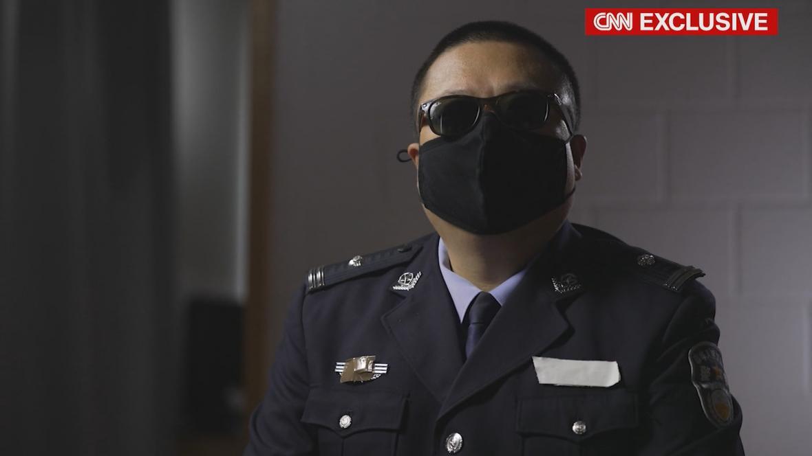 Expolicista Jiang při rozhovoru pro CNN