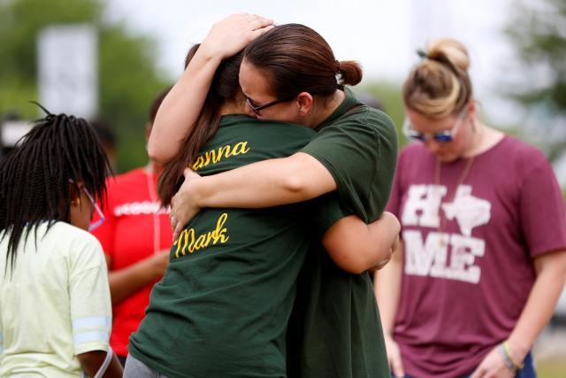 Lidé truchlící za oběti střelby v Santa Fe