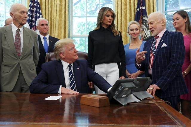 Donald Trump hovoří s Buzzem Aldrinem, zcela vlevo stojí Buzz Aldrin