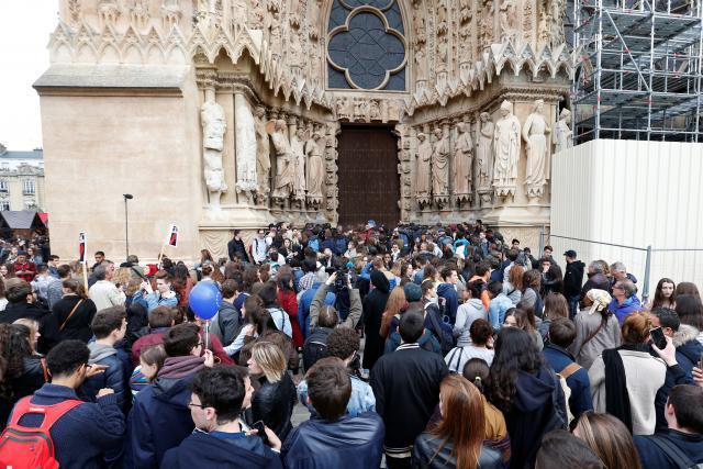 Lidé před katedrálou v Remeši protestují proti Le Penové