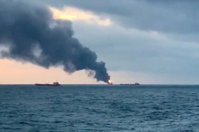 V Kerčském průlivu hořely dvě lodě